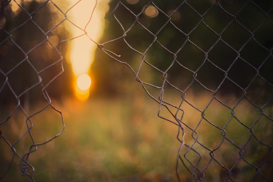 díra v plotu