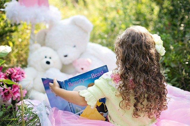 holčička při čtení v zahradě