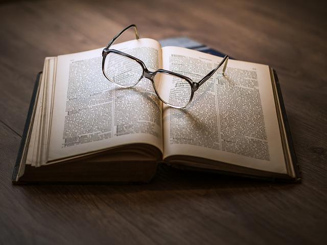 brýle na čtení knihy
